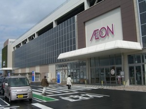 Solar panels cover an Aeon shopping mall in Yonago, Japan (photo by Aaron Dalton)